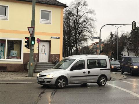 O sinal está verde para pedestres, mas é o carro que passa.