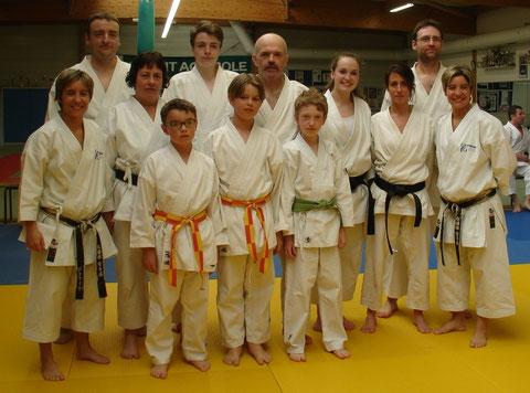 Jessica et Sabrina Buil avec les participants du club (absent sur la photo: M.Gharnous)