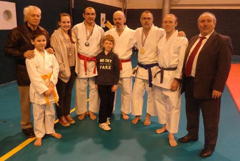 Les compétiteurs du club (absent sur la photo: Thibault Mouchel) entourés de J-L.Schroll et de A.Alves Pires  (Président de la ligue de Normandie et Secrétaire général de la FFKDA)