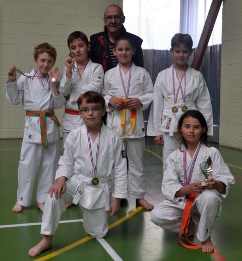 Les compétiteurs enfants du club ont rapporté 8 médailles de ce week-end de compétition (avec le président Claude Lemonnier)