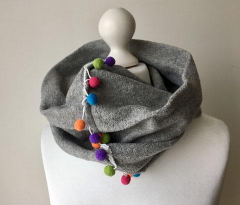 Loop Schal mit Bommelbordüre
