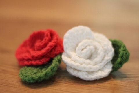 Gehäkelte Rosenbroschen / crochet brooches with roses