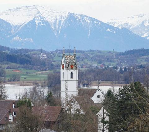 Panoramaansicht der Kirche in Maur/Schweiz
