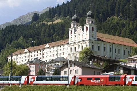 Die Premium Garnitur des Glacier Express vor dem Münster in Disentis.