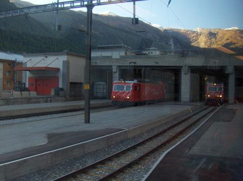 Bahnhof Zermatt mit zwei Loks vom Typ HGe 4/4 II