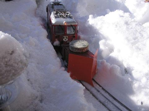 Der Schneepflug mit der Felsberglokomotive