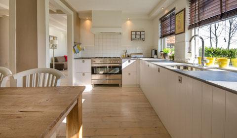Cocina organizada, limpia, luminosa y espaciosa