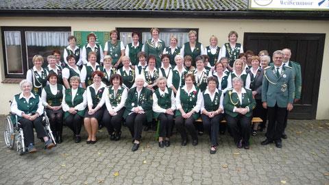 Das Bild zeigt die Damenabteilung des Schützenvereins Weißenmoor mit Präsident Heino Kreschinski sowie der Delegation des Schützenverbandes Altkreis Neuhaus Oste e.V.