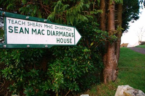 ショーン・マクディアマダの生家への道しるべ