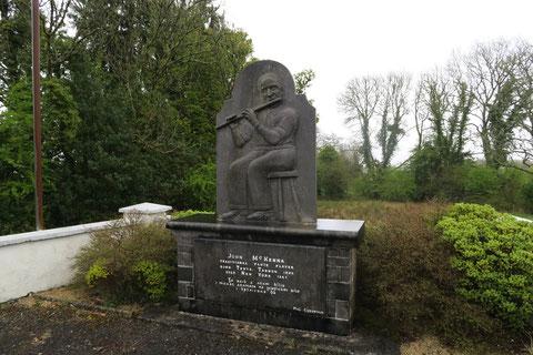 ドラムケアランのジョン・マケンナの像