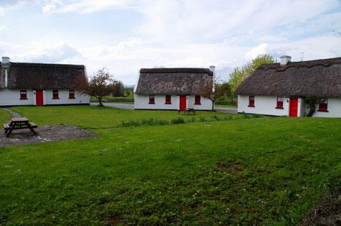 アイルランドの田舎の茅葺屋根のコテージ
