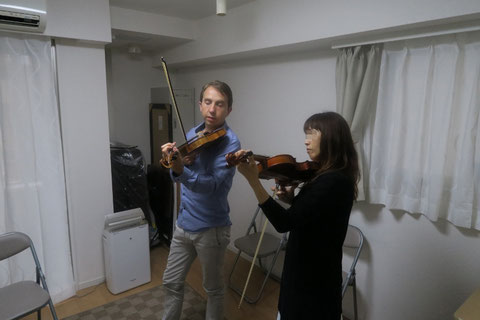 Oisin MacDiarmada teaching fiddle in Japan