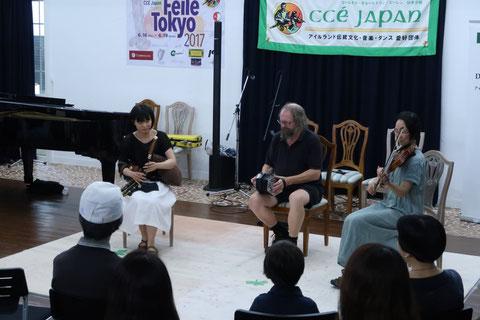 コンサーティーナのNoel Kenny(中)とフィドルのLisako Fukudaさん(右)とイリアン・パイプスの中原直生さん(左)による演奏