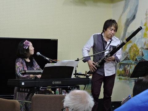 オーボエを吹くMINAMIさんとピアノを弾くMIKIさん