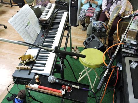 楽器や機材が多くあるピアノ周りの写真