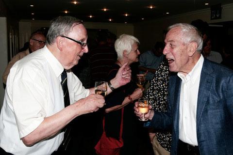 Sie hatten sich einige Anekdoten zu erzählen: ZVM-Vorstandsmitglied Josef Ritler und Peter Studer, ehemaliger Präsident des Schweizer Presserates.