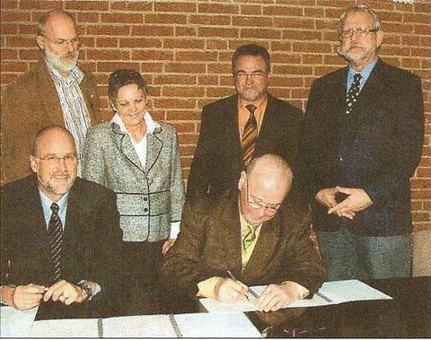 Leisteten die Unterschrift unter das Vertragswerk: Amtsvorsteher  Hermann Nottelmann (Mitte) daneben Johann Hansen und dahinter  Gerhard Boll, Viktoria Dutzmann, Reinhold Bößer und Wolfgang Ohrt. (we)
