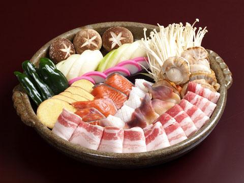 江別市にあるやま六鮨の好評「陶板焼きセット」です。