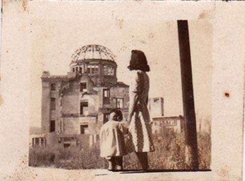 戦後間もない原爆ドームを臨む/今年亡くなった叔母と従姉