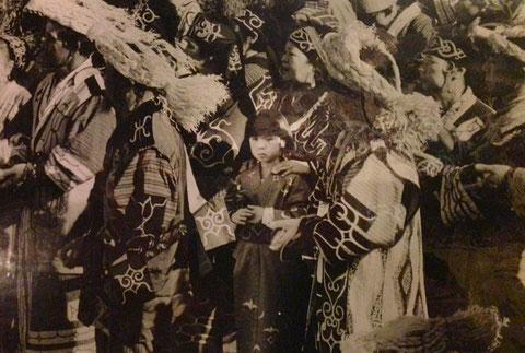 中央:子ども時代の筆者と筆者の祖母