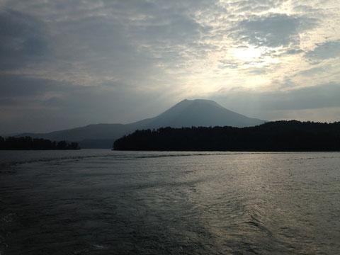 朝の阿寒湖と雄阿寒岳