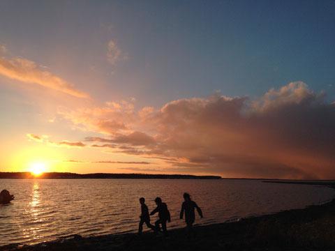 風蓮湖の夕日と我が子達