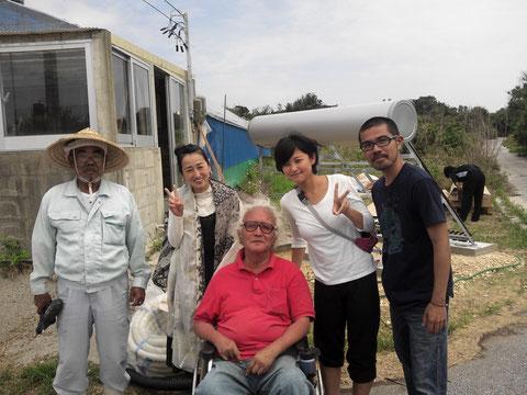 2013年5月9日 島人・内間豊さんと久高島留学センター卒業生親子とスタッフ・比嘉真人さんとともに