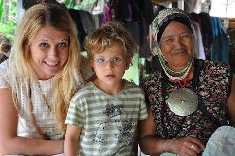Zweimal lachen, einmal staunen - Begegnung im Ahka Dorf
