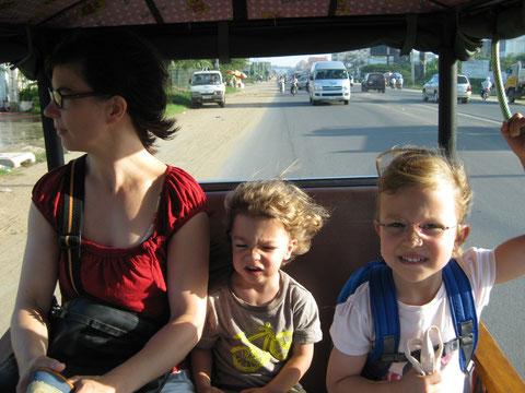 Erste TukTuk-Fahrt in den Kindergarten am 05. August 2013