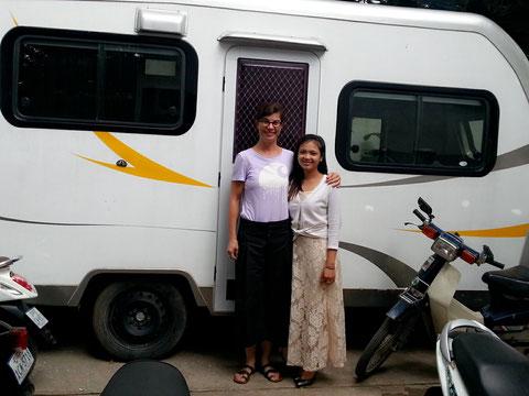 Rita vor ihrem Trailer mit einem Fan