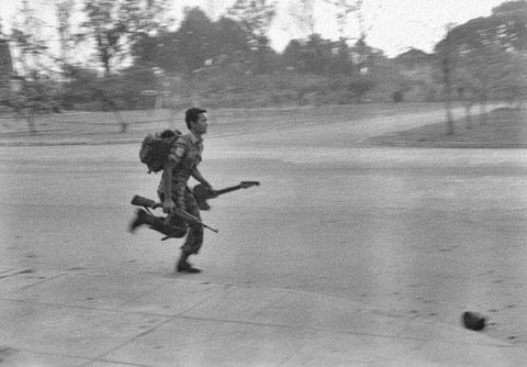 Soldat in Phnom Penh mit Waffe und Gitarre, Roland Neveu, Courtesy of argot pictures