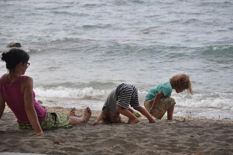 Die Familie stellt die indonesische Inselkette nach.