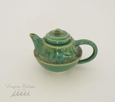 Théière en porcelaine realisée par V Boitiau iiiii Teapot made of porcelain by V boitiau iiiii