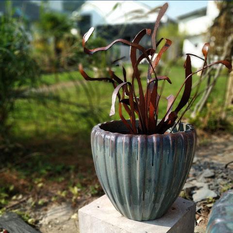 fleur décorative en acier corten dans un vase en céramique XXL