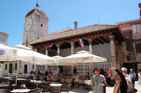 イヴァナ・バヴラ広場と時計塔