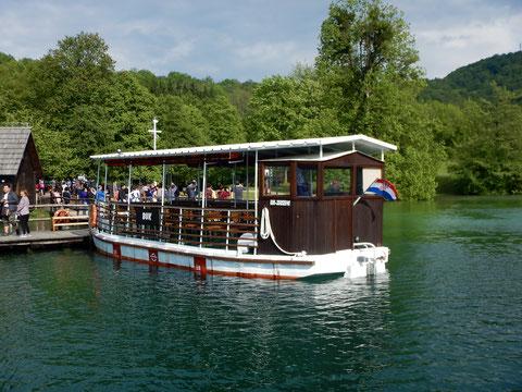 コジャク湖の遊覧ボート