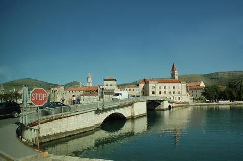 チオヴォ島とトロギール旧市街を結ぶ橋(チヴォ橋)