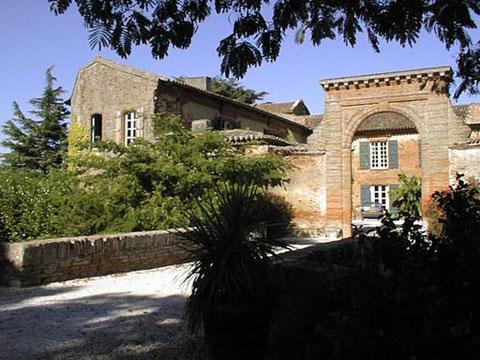 Château Lassalle - XVIIème siècle. Cette maison a pour nom 'aula' qui signifie 'la salle'. elle est devenue depuis 1660 le chateau de Lassalle bâtie par Vital de Pézan. Cette bâtisse aux tourelles carrées a conservé ses anciennes douves.