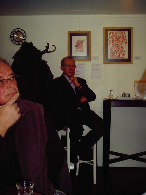 Guy Herry sous les tableaux de Loïc