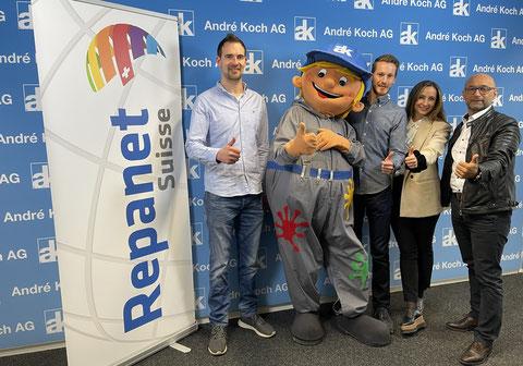 Partenariat (de g. à d.): Fabian Danz, la mascotte «Laki dä Autolackierer», Patrick Andres (Danz AG), Amal Tizeroual, Enzo Santarsiero (AK).
