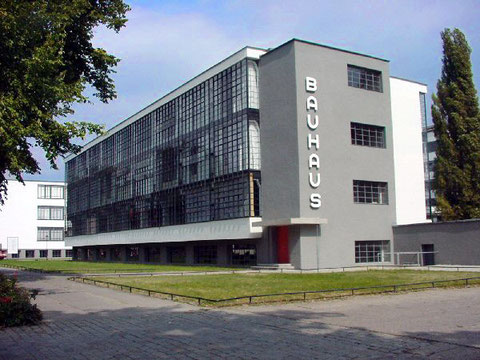 В.Гропиус. Здание «Баухауз» в Дессау, Германия. Икона функционализма – Баухауз – уже почти сто лет воспринимается  современно. В 1928 году такая демонстрация стекла и бетона была революционым поворотом к современной архитектуре.
