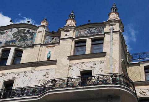 """Фрагмент фасада гостиницы """"Метрополь"""" в Москве."""