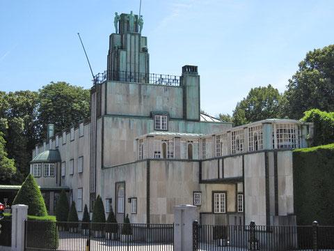 Дворец Стокле в Брюсселе . Арх. Й.Хофманн. Модерн, сделавший шаг вперед, к модернизму, более современному пониманию архитектуры. Видны канонические элементы модерна в остеклении верхнео этажа, входной группы.