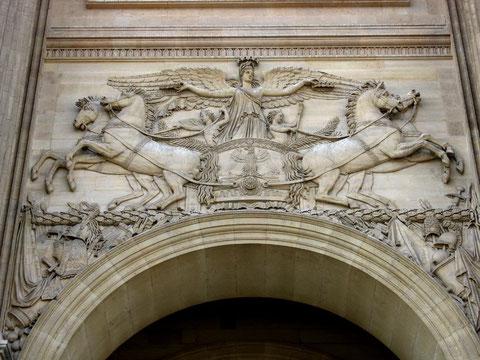 Барельеф над входной аркой в Лувр.