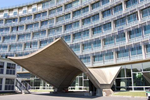 М.Брейер, П Зерфюсс  и П.Нерви – здание ЮНЕСКО в Париже.  Простота и функциональность здания обогащены криволинейным его очертанием и мощными акцентами крупной пластики на площади перед ним.