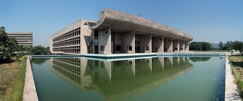 Ле Корбюзье. Административное здание в Чандигархе, Индия. Синтез солнечного света, офисных процессов, градостроительной работы и столичного размаха.