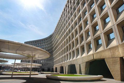 М.Брейер. Уивер билдинг в Вашингтоне, 1968. Здание типично офисной структуры.