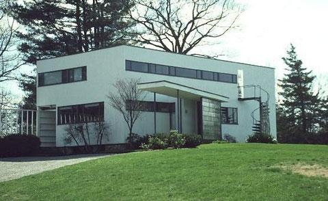 В.Гропиус. Собственный дом в Линкольне, США,  1938 . Простота и аскетизм функционализма:  окно-  это устройство для обеспечения освещения в доме, лестница- приспособление для подъема на этаж, стена- ограждение помещений.  И не более того.