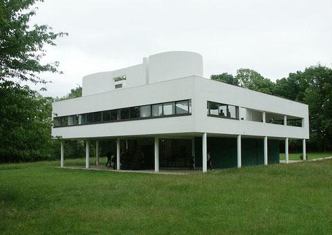 Ле Корбюзье. Вилла Савой в Пуасси, Франция. Реализация основных идей архитектора – свободная планировка, обеспеченная возможностями каркаса, ленточные окна, не прерывающие простенками контакт с природой, эксплуатируемая  плоская кровля.