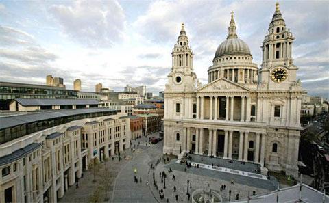 Собор Святого Павла в Лондоне.Симметричную ордерную композицию оживляют две типичные для сооружений барокко башни по бокам.  Доминируют классические двухярусный портик и купол.